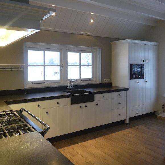 landelijke keuken in woonboerderij met composiet blad, smetplint en ...